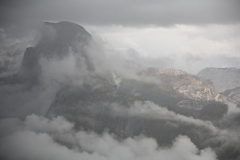 Half Dome dans les nuages